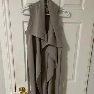 Sleeveless long sweater with tie detail